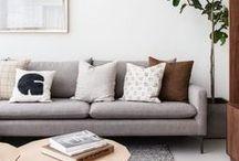 Home | Livingroom: Wohnzimmer-Ideen / Schlichte, skandinavische Inspiration fürs Wohnzimmer: Styling von der Couch bis zum Kissen, von der Lampe zum Teppich. Schöne Farben, Deko und harmonische Raumgestaltung sammle ich hier. // Interior Inspiration for the Livingroom: Couch, Pillows, Decoration,...