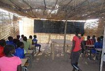 Ecole sénégalaise / Au Sénégal des écoles sans abris accueillent chaque année des milliers d'élèves. Ces écoles sans abris manquent de tout: eau courante, hygiène, électricité, matériels didactiques etc..