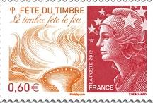 Fête du Timbre 2012 / La Fête du Timbre 2012 a lieu les 13 et 14 octobre 2012 dans 118 villes de France, autour de la thématique du feu, après la terre (2011) et l'eau (2010). Album des émissions, des lieus et de l'événement.