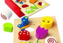 Dřevěné hračky / Pokud hledáte dětské dřevěné hračky, tak určitě si zalibíte tuto kolekci. Najdete zde jak dřevěné hračky pro nejmenší - například ty tahací, tak i didaktické hračky ze dřeva pro starší děti. Nechybí ani hudební nástroje, dřevěné kostky a stavebnice, motorické hračky nebo hlavolamy...