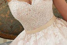 Weddingdresses / hier staan bruidsjurken here is put brideldressen