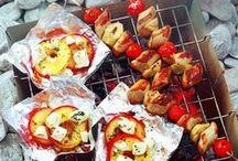 Grill-Spaß und BBQ-Partys / Kaum spielt das Wetter mit, packt einen die Lust aufs Grillen. Und egal ob Sie viele Freunde um den Rost versammeln, fein grillen wollen oder mal ganz spontan – mit den passenden Ideen mit Fisch, Fleisch und Gemüse ist die Gelegenheit immer günstig