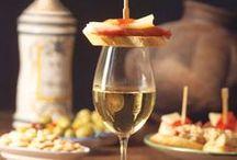 Spanien / Tapas / Willkommen zur Tapas-Party! Dieser Abend wird Ihren Gästen zu Recht spanisch vorkommen. Statt aufwendiger Gerichte stehen lauter köstliche Kleinigkeiten auf dem Tisch – und Ihnen selbst bleibt genug Zeit, in gemütlicher Runde das mediterrane Lebensgefühl zu genießen. Olé!