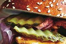 Burger-Party / Hausgemachte Burger mit selbst gebackenen Brötchen und frischen Saucen heißt der Sommertrend des Jahres. Also ran an Herd oder Grill und Freunde und Familie zum großen Burgeressen einladen!