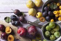 Pflaumen / Dunkle-lila, saftig und süß - Zwetschgen und Pflaumen sind noch wahre Saison-Früchte und die heimlichen Stars im Herbst. Für süße Kuchen und pikante Gerichte ...