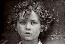 LEWIS HINE / Son métier de sociologue en a fait un artiste qui a immortalisé tous ces immigrants ouvriers (hommes, femmes, enfants) qui ont construit l'Amérique au péril de leur vie. Un thème dominant : le travail des enfants.