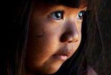 ENFANTS DU MONDE / Ce regard innocent qui a encore toute une vie à découvrir.