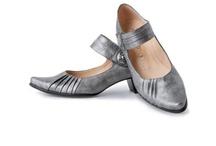 Chaussures femme / Les chaussures pour femmes. Pour sortir et une foultitude de chaussures de ville. Escarpins, ballerines, escarpins, chaussons ou derbies pour femmes. Pour le sport, vous trouverez aussi des chaussures de grandes marques à votre taille.