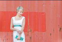 noni Brautkleider 2015 / Schlichte, elegante Brautkleider, in trendbewussten Längen und mit raffinierten Details. Von kurzem 50er Jahre Petticoat- Brautkleid über tea-lenght und knöchellang bis zum bodenlangen Hochzeitskleid mit Schleppe und Knopfleiste. Farbige Bänder und Gürtel zum Brautkleid runden das Gesamtbild ab.