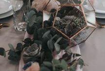 Sukkulenten als Hochzeitsdekoration, für Tischdeko, Brautsträuße und Accessoires / Sukkulenten sind einfach wunderbar und eignen sich für jede Art von Dekoration, auch für die Hochzeitsdeko! Sukkulenten bei der Hochzeit sind einfach etwas ganz besonderes und die dicken fleischigen Blätter ziehen alle Blicke auf sich. Dennoch sind sie schlicht und unaufdringlich und zaubern eine ganz besondere Atmosphäre auf Eurer Hochzeit