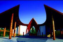 Dinnyési Templomkert Hagyományőrző Turisztikai Központ / A Dinnyési Templomkert Hagyományőrző Turisztikai Központot 2010-ben adták át. Előadótermeiben, és a szabadtéri fedett színpadon, rendezvények, szabadtéri foglalkozások, kerülnek megtartásra. A létesítményhez tartozik egy 40 - 50 fő befogadására alkalmas ifjúsági szálláshely, illetve turistainformáció is kapható.