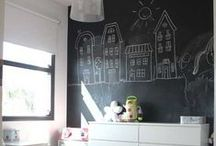 Inspiratie Schoolbordverf in huis / Wat je allemaal kunt doen met #schoolbordenverf. Nooit meer een kladblok nodig want deze zit vanaf nu gewoon op je muur. Wist je dat #schoolbordverf in bijna alle kleuren te mengen is?