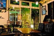 ガーデンカフェ Cafe home / ■open■ am10:00 ■close■ pm7:00 (LO:pm6:00) ■Regular holiday■tuesday レディースウェアショップAmuserを運営しています。緑が大好きで、チェルシーフラワーショー金メダリスト石原和幸氏と出会い、2004年にガーデンカフェCafe homeをオープン、お庭作りの提案・施工もはじまりました。現在は地域密着で,レディースウェアセレクトショップAmuserとともに「衣・食・庭」を提案しています。 小さな空間に緑をいっぱい配しました。 小さな川の流れる中庭を眺めながらカフェ、ランチタイムをお過ごしください。