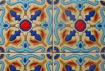 3D Duvar Seramikleri/3D Andalusia Tiles / Yer karoları gibi desenli duvar seramikleri de tamamen el yapımıdır. Endülüs karoları hem doğu hem de batı kültüründen izler taşıyan tarihsel boyutu olan bir üründür.Bu karolar Endülüs'teki tarihi yapılarda kullanılan karoların reprodüksiyonlarıdır. Duvar seramikleri mutfak, banyo ve her türlü oda duvarlarında kullanılmaktadır. Ayrıca bu ürün mekanlara görsel olarak pek çok katkı sağlamaktadır.