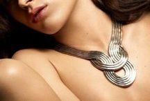 Galahalsband / Här visar vi upp de maffigaste och läckraste halsbandena på marknaden. Givetvis fyller vi på med nya godbitar varje vecka. Ni hittar dom snyggaste halsbandena från de trendigaste varumärkena.