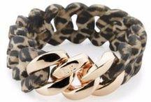 Accessoarer med djurmönster och djurmotiv / En av de hetaste trenderna just nu är accessoarer med djurmönster, här kan Ni se smycken, klockor, väskor och andra tuffa accessoarer från ett flertal kända varumärken i bland annat zebra, panter och leopardmönster. Självklart visar vi även upp smycken med djurmotiv så som duvor, fjärilar med mera.