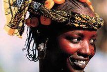 CAMERÚN. Tras la huella del antropólogo inocente. / Hacer una excursión fluvial por el Río dos Camaroes • Admirar las espectaculares cataratas sagradas de Ekom •  Descubrir los principales grupos étnicos del Valle de Faro • Disfrutar de la atmósfera tropical de Kribi y relajarse en la playa • Convivir un día con las etnias de los Mbororo y los Dupa para descubrir sus tradiciones antiguas