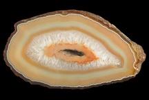 KS Agate / Minéraux des roches magmatiques, l'agate fait partie de la famille des quartz. C'est une calcédoine aux couches diversement colorées.