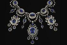 náhrdelníky / necklaces / Náhrdelníky z mušlí a jiných drobných předmětů, navlečených na řemínku nebo šňůrce, patří k nejstarším šperkům vůbec. Nejstarší zachované zbytky, provrtané mušle nebo zvířecí zuby, jsou až 100 tisíc let staré. Z předhistorické doby známe také barevné korálky z pálené hlíny a později ze skla, které se navlékaly a nosily jako náhrdelníky.