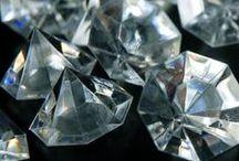 diamanty / diamonds / Diamant je nejtvrdší známý přírodní minerál (nerost) a jedna z nejtvrdších látek vůbec. Pro použití ve šperku je nejoblíbenější výbrus nazývaný briliant.