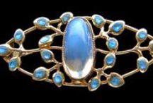 brože / brooches / Brož (z francouzského broche vřeteno, kolík či sponka) je šperk připínaný na oděv, na rozdíl od dříve používaných spon už brož nemá praktickou, ale pouze estetickou funkci.