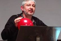 «A poesía é un globo» / Espectáculo de animación poética «A poesía é un globo», de Fran Alonso. Performance oral e visual arredor sobre a poesía. Poesía infantil e xuvenil.