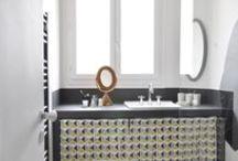 Une salle de bain graphique / Rénovation complète par Bel Ordinaire d'une salle de bain datant des années 50.