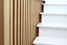 Garde-corps claustra - Montreuil 2014 / Conception d'un garde-corps en chêne clair dans un esprit contemporain.  Jeunes parents, les propriétaires souhaitaient sécuriser l'escalier de la maison. Première étape d'une rénovation plus globale, ce projet a consisté à créer une semi-cloison à partir de tasseaux de bois massif et à peindre l'escalier existant en blanc pour uniformiser l'ensemble.  Pour tout renseignement concernant notre prestation de décoration d'intérieur : contact@belordinaire.com