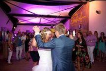 Lege dansvloer? Geen optie! / Hoe zorg je er voor dat je dansvloer nooit leeg is tijdens je bruiloft? Boek de juiste DJ, hij zorgt er voor dat jullie dansvloer goed gevuld is en dat iedereen een geweldige avond heeft. Hulp nodig met de openingsdans? Vraag ons!
