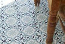 Interior | Zementfliesen / Schon von klein auf gilt meine Liebe den Zementfliesen. Vor allem in alten Bauernhäusern oder in Fluren und Küchen von Altbauwohnungen sind die schön gemusterten Bodenfliesen ein toller Hingucker!