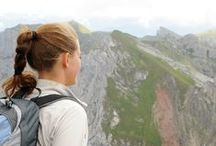 Hairstyles for your holiday in Tirol / Find the perfect hairstyle for your holiday in the Alps when you go hiking, top tips on how to look good after taking off your ski helmet, inspiration for relaxing by the lake, …