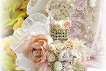Garrafas, vidros de perfume e potes decorados