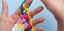 pletení na prstech a rukou