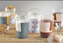 Hot Tea Cup Bunzl Foodservice / Met de innovatieve Hot Tea Cup is het eindelijk mogelijk thee zo te serveren dat uw gast de thee probleemloos kan meenemen. De Hot Tea Cup is een dubbelwandige beker waardoor de drank lang warm blijft, terwijl uw gast de beker toch goed kan vasthouden. Door zijn transparantie geeft de Hot Tea Cup een echte theebeleving. De sleeve zorgt voor eindeloze  bedrukkingsmogelijkheden. Hiermee vormt de Hot Tea Cup een prachtig middel om uw omzet in thee te stimuleren.