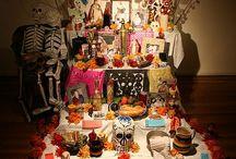 Día de los muertos / La Muerte  Para el habitante de Nueva York, París, o Londres, la Muerte es la palabra que jamás se pronuncia porque quema los labios. El mexicano, en cambio, la acaricia, duerme con ella, la festeja. Es uno de sus juguetes favoritos y su amor más permanente. (Octavio Paz)
