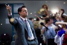 The Wolf of Wall Street / Brillant, bitterböse, abgefahren! Regisseur Martin Scorsese und Leonardo DiCaprio glänzen mit diesem exzessiven Film-Rausch und zeigen die wahre Geschichte von Jordan Belfort – ein Leben voller Dekadenz, Gier, Sex und Drogen. Ab 30.5. auf DVD und Blu-ray.