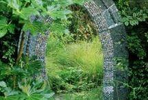 Peili puutarhassa / Outdoor garden mirrors / Peilin käyttö puutarhassa antaa uusia ulottuvuuksia piharakentamiseen ja -sisustamiseen.