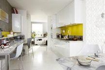 Flash yellow / Couleur phare des tendances déco, le jaune en connait un rayon pour charger en énergie les pièces de la maison. En aplat implacable, il surligne le blanc éclatant de la cuisine purement design. / by Leroy Merlin