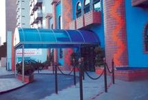 Coberturas / Policarbonato / As coberturas em policarbonato da Zetaflex são soluções para cobrir áreas de diversos formatos, coberturas retas ou curvas, protegendo com elegância rampas, escadas, áreas de passagem em geral. Policarbonatos alveolares ou compactos, da mais alta qualidade, com proteção anti raios UV com alta resistência a impactos.