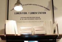 Lumen Fiók_Lumen Fotóművészeti Alapítvány / 2004 és 2012 között az Alapítvány Lumen Galéria néven egy nemzetközi kiállítóteret üzemeltetett Budapesten. 2012-ben a Lumen Tanács új fejezet nyitott. Az eddigi, havonta cserélődő, egyéni kiállításokat felváltja a Lumen-fiók program. Ennek keretében 2-3 havonta egy, a Tanács által választott projekt kap kiemelt hangsúlyt. A műtárgyak kiállítása helyett az alkotó, az alkotási folyamat és a kontextus kerül nagyító alá.