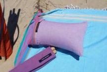 A la plage / Simone et Georges aiment la #plage et la #plage le leur rend bien. Ils distribuent des #accessoires #balnéaires astucieux et colorés pour tous ces moments #joyeux et de #bien-être. Tous à la plage avec Simone et Georges
