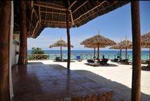 ZANZIBAR SUNSET BEACH / Chi viene a Zanzibar ritorna sempre. Perché il fascino di questa terra cattura il cuore, riempie gli occhi e toglie il respiro. Nella località di Nungwi il cielo incontra l'Oceano Indiano. Le acque cristalline danzano sulla spiaggia di sabbia fine e bianca, intervallata dalle rocce che danno un ritmo lento al paesaggio.