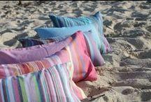 Le coussin de plage Simone et Georges / Parce que votre tête mérite bien de se reposer en vacances, offrez lui ce coussin malin qui se gonfle et se dégonfle autant de fois que vous le souhaitez ! #coussin #malin #plage #pratique #petitformat #compact #léger