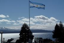 Argentina: Aquella guerrita olvidada / En 2012, treinta años tras la guerra de las Malvinas, catorce personas que la sufrieron prosiguen sus vidas, inadvertidamente entrelazadas, en distintas partes del mundo. Hay mujeres y hombres, espías y enfermeras, soldados y psiquiatras, sensatos y pirados. Hay ingleses y argentinos y hasta un uruguayo.