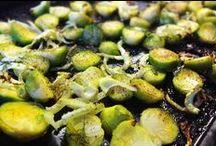 Paleo Gemüse Rezepte / Ach Gemüse – du bist unser vielseitigster Paleo Bestandteil. Mit Paleo lernt man wieder ganz neue Gemüsesorten kennen. Ihr kennt nur Paprika, Tomaten, Karotte und Gurke? Wie wär´s mit Fenchel, Kohlrabi, Spinat, Kürbis, Weißkohl, Rote Beete, Pilzen, Brokkoli und Blumenkohl – all das wird aus eurer Küche bald nicht mehr wegzudenken sein. Wenn´s schnell gehen muss, gibt es bei uns einfach Ofengemüse: Gemüse in mundgroße Stücke schnippeln, mit Öl, Salz und Pfeffer mischen und ab in den Ofen.