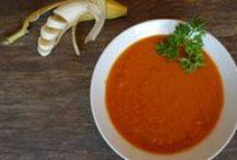 Paleo Suppen Rezepte / Paleo Suppen bieten viel Möglichkeit für Kreativität: Ob cremig, klar, mit Gemüse oder Fleisch und Fisch – unsere Paleo Suppen Rezepte bieten für jeden Geschmack etwas. Probiere unsere leuchtende rote Beete Suppe, die exotische Tomatensuppe oder den Klassiker Knochenbrühe.