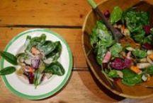 """Paleo Salat Rezepte / Ein großer Salat: Der Klassiker bei der Paleo Ernährung. Funktioniert als Beilage oder, zusammen mit einer ordentlichen Proteinquelle, auch als Hauptgericht. Am Liebsten haben wir Salat mittags zum Lunch. Paleo Salate unterscheiden sich kaum von """"normalen"""" Salaten. Daher ist Salat im Zweifel auch im Restaurant eine gute Option: Wichtig ist, auf das Dressing zu achten. Mit Olivenöl und Balsamico Essig macht man nichts falsch."""