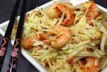 Paleo Fisch und Meeresfrüchte Rezepte / Fisch ist eine tolle Nährstoffquelle – und hat beinahe unendlich viele Zubereitungsmöglichkeiten. Wir stehen auf fruchtige Saucen zum Fisch. Kleiner Tipp zum Lunch: Geräucherten (wild geangelten) Lachs mit Avocado: So habt ihr gute Fettquellen und eine ordentliche Portion Omega 3 abbekommen, dann kann euch der Tag mit nichts mehr schocken.