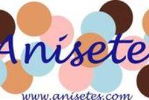 Habitación de Anisetes / Trabajamos sobre todo con telas y cintas. Realizamos artículos para el pelo (diademas, tocados, coleteros) camisetas personalizadas con apliques de tela, chupeteros, cajas personalizadas y algún collar y pulseras.