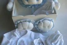 Regalos de nacimiento , ajuar Bebé /  Una presentación en caja decorada porta cosméticos  conteniendo: -Batita cruzada de algodón y delicado bordado, con ranita - Babero de doble algodón bordado. - Gorrito con nudo realizado en algodón -presentado en bolsa de algodón bordada -opcional cartel de bienvenida